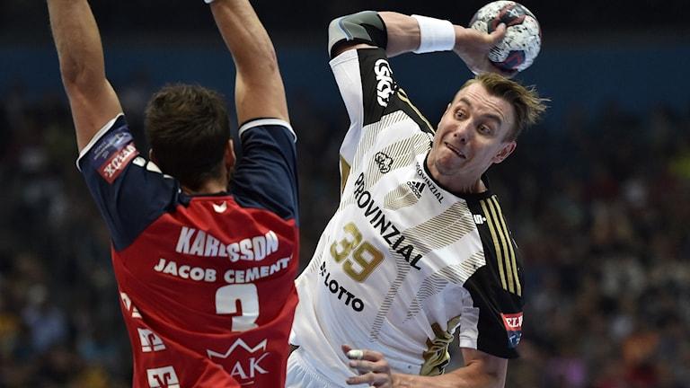 Kiels Filip Jicha skjuter, Tobias Karlsson i Flensburg försöker blocka. Foto: Martin Meissner / AP