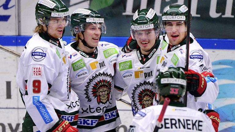 Frölundas Andreas Johnson (nr 88 i mitten) uppvaktas efter målet. Foto: Robert Granström/TT