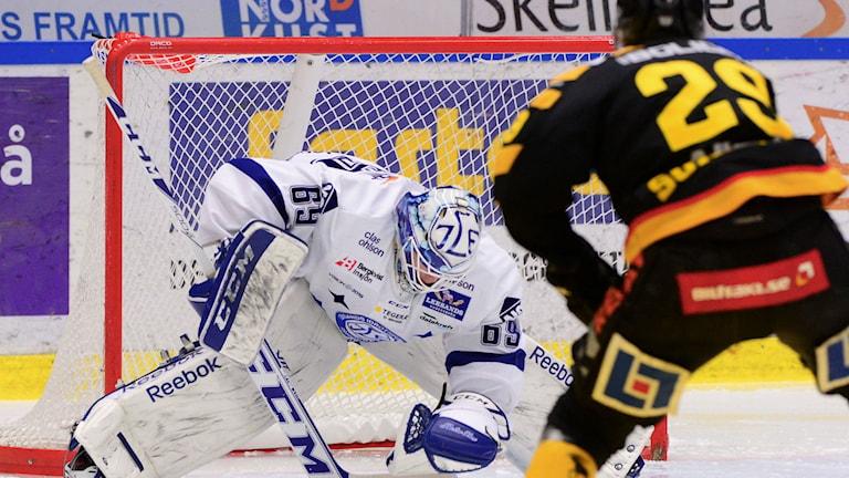 SKELLEFTEÅ 20150122 Oscar Alsenfeldt blockerar framför Oskar Sundqvist i SHL-matchen mellan Skellefteå AIK och Leksands IF i Skellefteå Kraft Arena, Skellefteå Foto: Robert Granström / TT