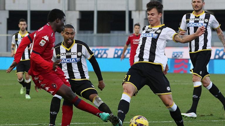 Melker Hallberg i kamp om bollen i en match mot Cagliari
