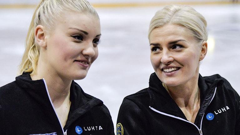 STOCKHOLM 2015-01-24 Joshi Helgesson (tv) och Viktoria Helgesson tränar i Globen i Stockholm på lördagen inför EM i konståkning. Foto: Tove Eriksson / TT