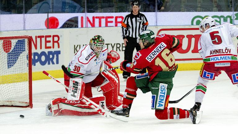 GÖTEBORG 2015-0128 Frölundas Anton Axelsson gör 3-1 i onsdagens SHL match mellan Frölunda HC och Modo i Scandinavium i Göteborg. FOTO Adam Ihse / TT