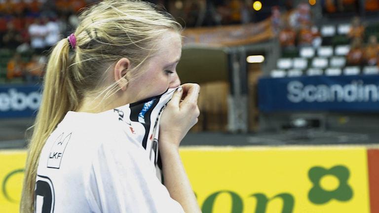 GÖTEBORG 2013-05-09 Lugis Hanna Ringdahl gråter efter förlusten i damernas SM-final i handboll mellan Sävehof och Lugi i Scandinavium i Göteborg på torsdagen. Sävehof vann damernas SM-final mot Lugi med 38-34 efter förlängning. Foto: Björn Larsson Rosvall / SCANPIX