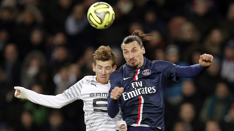 Zlatan Ibrahimovic i en nickduell mot Rennes Pedro Henrique. Foto: AP/TT