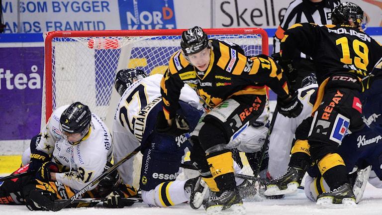 SKELLEFTEÅ 20150131 Trångt för Pär Lindholm och Skellefteåspelarna i SHL-matchen mellan Skellefteå AIK och HV71 i Skellefteå Kraft Arena, Skellefteå Foto: Robert Granström / TT
