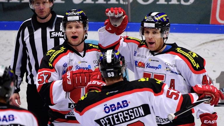 SKELLEFTEÅ 20150128 Brian Willsie uppvaktas efter 2-2 målet i SHL-matchen mellan Skellefteå AIK och Örebro Hockey i Skellefteå Kraft Arena, Skellefteå Foto: Robert Granström / TT