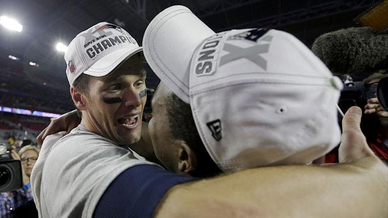 New England Patriots Tom Brady kramar om Matthew Slater. Foto: David J. Phillip/AP/TT