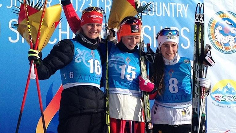 Ebba Andersson, längst till höger, på medaljceremonin. Foto: Ski-Team Sweden.