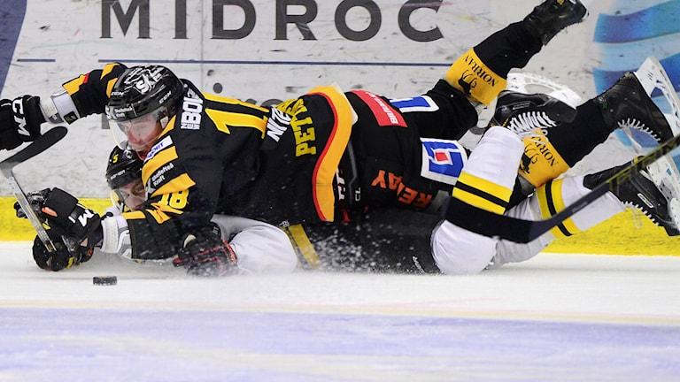SKELLEFTEÅ 20150210 Skellefteås Pontus Petterström överst i kamp om pucken i SHL-matchen mellan Skellefteå AIK och Brynäs IF i Skellefteå Kraft Arena, Skellefteå. Foto: Robert Granström / TT.