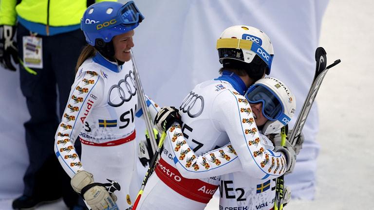 Anna Swenn-Larsson (t.v.) André Myhrer och Maria Pietilä Holmner kramas.