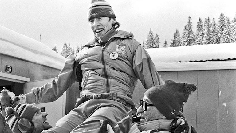 ARKIV 1984-02-13 Den svenska längdskidåkaren Gunde Svan hissas i luften efter sitt guldlopp på 15 km längdskidåkning vid de olympiska vinterspelen i Sarajevo, Jugoslavien 13:e februari 1984. Foto: Jan Collsiöö / TT