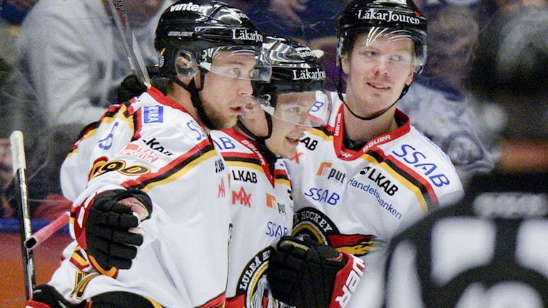 LEKSAND 2015-02-14 Luleås Kristian Näkyvä klappas om efter 1-3-målet i lördagens SHL-match mellan Leksands IF och Luleå Hockey i Tegera Arena. Foto Ulf Palm / TT