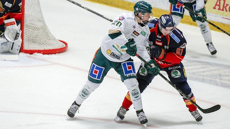 Färjestads Joel Eriksson-Ek mot Djurgårdens Markus Ljungh. Foto: Christine Olsson/TT