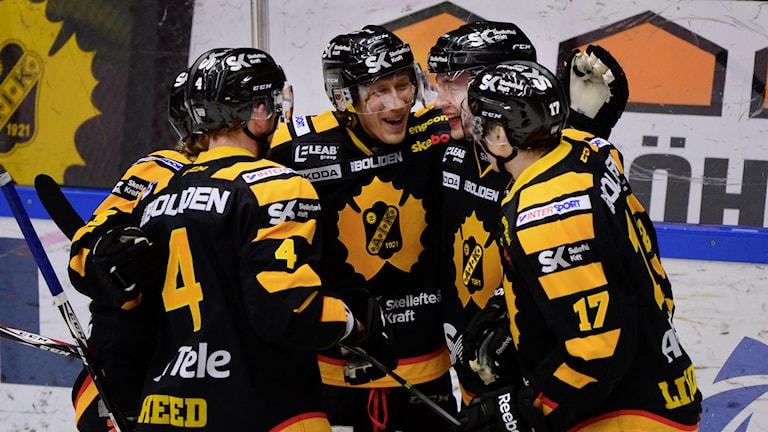 SKELLEFTEÅ 20150214 John Norman uppvaktas efter 1-0 målet i SHL-matchen mellan Skellefteå AIK och Modo Hockey i Skellefteå Kraft Arena, Skellefteå Foto: Robert Granström / TT