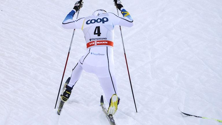 ÖSTERSUND 2015-02-14 Sveriges Emil Jönsson faller ihop skadad under sprintkvartsfinalen (k) vid lördagens världscuptävling i Östersund. Foto: Henrik Montgomery / TT.