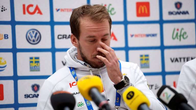 Emil Jönsson lämnade skadebeskedet på en presskonferens i Falun. Foto: Fredrik Sandberg / TT