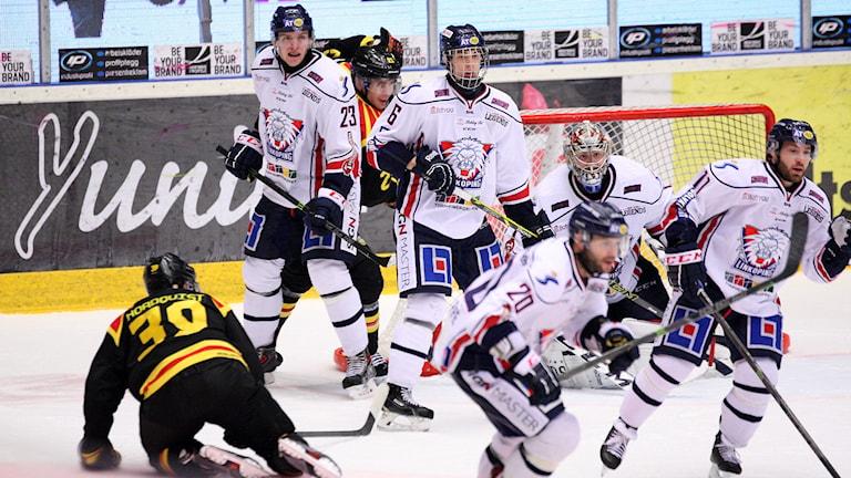 GÄVLE 20150218 Brynäs Jonas Nordquist på isen bland Linköpingsspelare i SHL-matchen Brynäs IF-Linköping HC i Gavlerinken Arenan. Foto: Mats Åstrand / TT