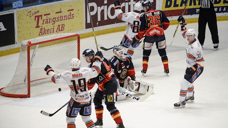 STOCKHOLM 2015-02-19 Växjös Nicholas Johnson (nr 32, th) jublar efter sitt 1-3 mål i SHL-matchen mellan Djurgården Hockey och Växjö Lakers på Hovet i Stockholm på torsdagskvällen. Foto: Janerik Henriksson / TT