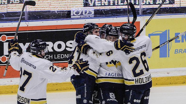 STOCKHOLM 20141115 HV71:s lagkapten Chris Campoli hyllas sedan han gjort 0-1 under SHL-matchen mellan Djurgården IF och HV 71 på Hovet i Stockholm på lördagen. Foto: Bertil Ericson / TT