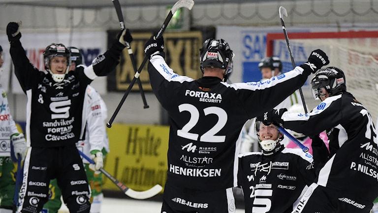 SANDVIKEN 2014-10-24 Ted Haraldsson i SAIK jublar efter 7-3 målet under fredagskvällens bandypremiär i elitserien i bandy mellan Sandvikens AIK och Hammarby bandy i Göransson Arena i Sandviken. Foto Ulf Palm / TT