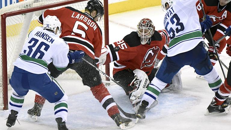 Svenske backen Adam Larsson försvarar New Jersey-målet. Foto: AP/TT