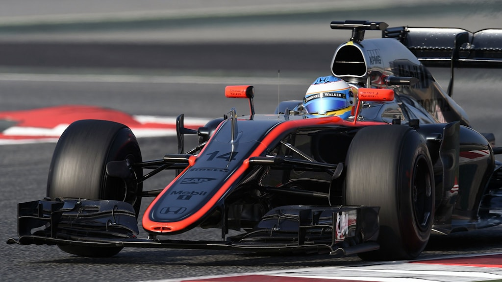 McLaren Honda's Spanish driver Fernando Alonso takes part in the Formula One pre-season second day test at Catalunya's racetrack in Montmelo, near Barcelona, on February 20, 2015. AFP PHOTO / LLUIS GENE