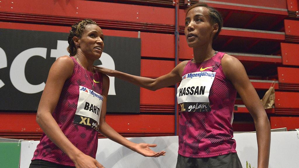 Meraf Bahta och Sifan Hassan i Globen.  Foto: Marcus Ericsson/TT