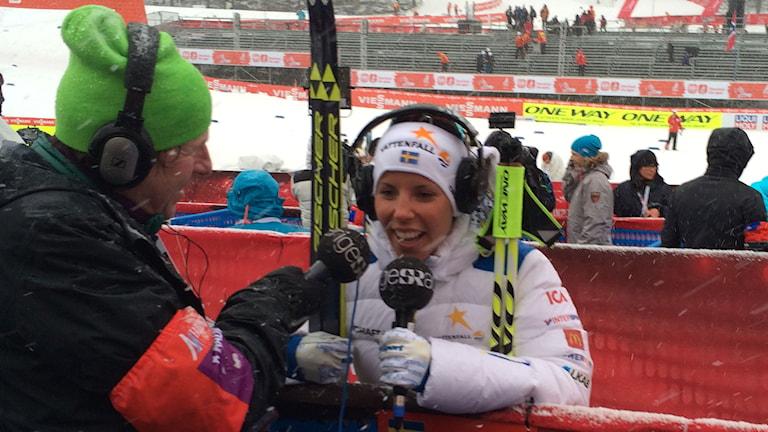 Radiosportens reporter Roger Burman och Charlotte Kalla efter VM-guld. Foto: Stefan Elofsson / SR