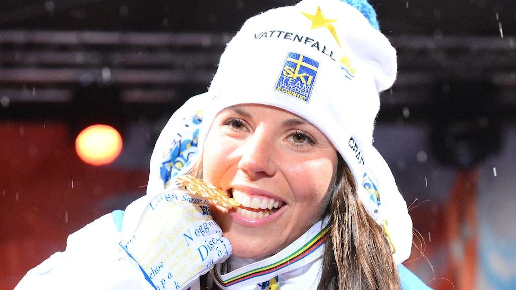 Charlotte Kalla tog emot VM-guldmedaljen 10 km fri stil. Foto: Jonathan Nackstrand