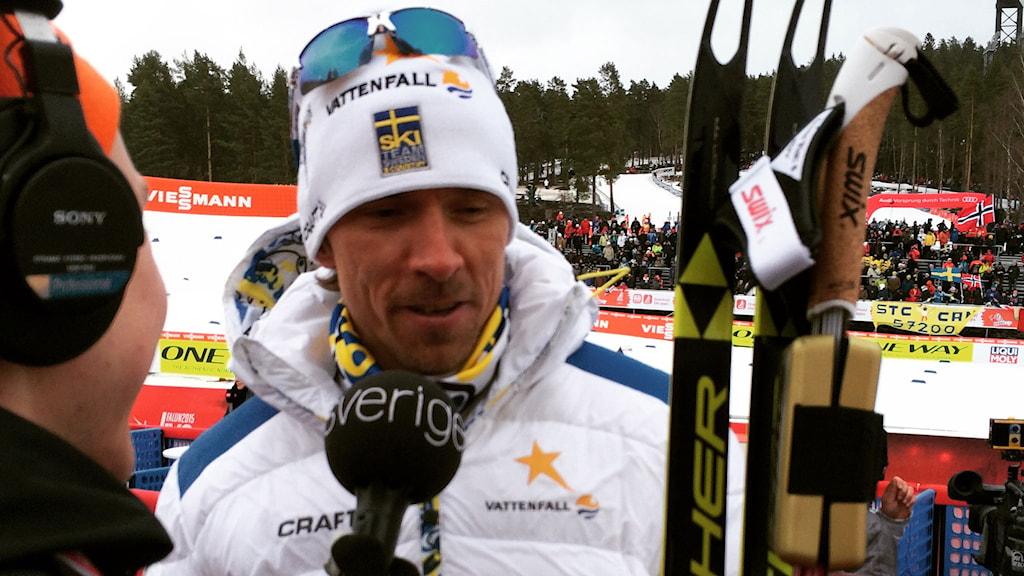Johan Olsson intervjuas av Radiosportens Alexander Lundholm. Foto: Stefan Elofsson/SR