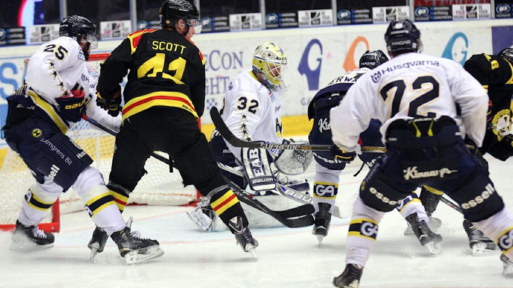 GÄVLE 20150127 HV71:s målvakt Gustaf Wesslau under matchen i ishockey SHL mellan Brynäs IF och HV71 på Gavlerinken Arena i Gävle på tisdagen. Foto: Mats Åstrand / TT