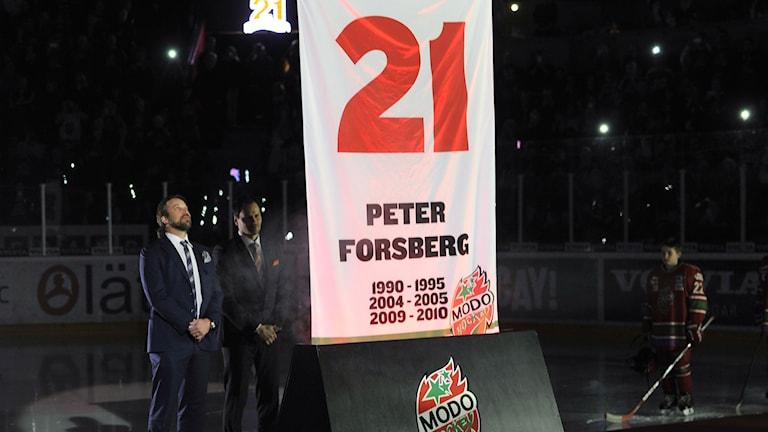 Peter Forsberg får numret hissat i Örnsköldsvik. Foto: TT Nyhetsbyrån