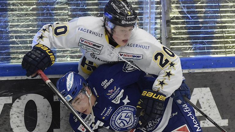 HV71:s Lawrence Pilut och Leksands Tobias Forsberg. Foto: Ulf Palm/TT
