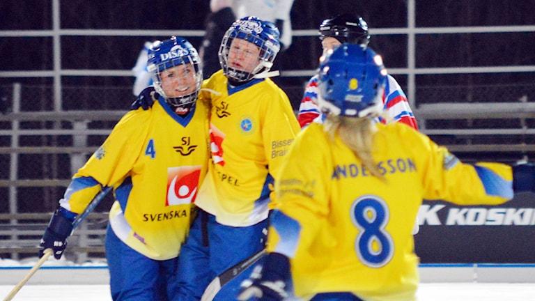 Karebys Camilla Johansson (mitten) i landslagets tröja. Foto: Erik Jonsson / TT