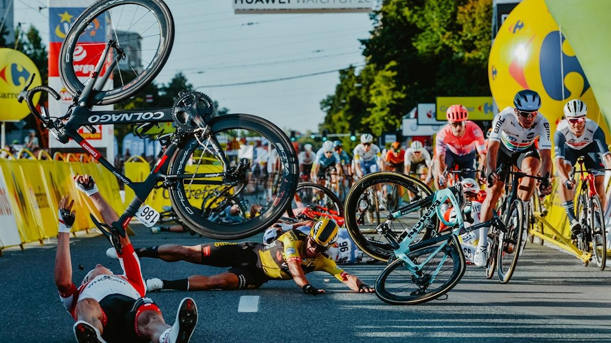 Kraschen på upploppet av onsdagens etapp av Tour de Pologne i Polen.