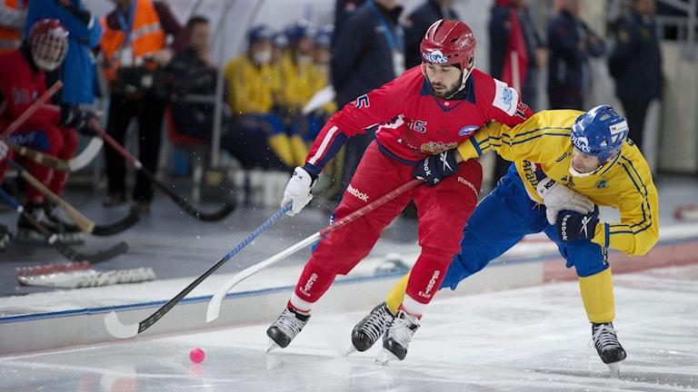 Sveriges Johan Esplund och Rysslands Alan Dzhusoev under VM finalen i bandy mellan Sverige och Ryssland. Foto: Jessica Gow / TT