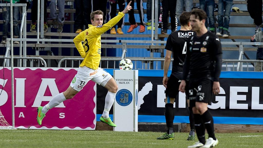 Falkenbergs Adam Eriksson jublar efter 1-0 målet. Foto: Adam Ihse/TT