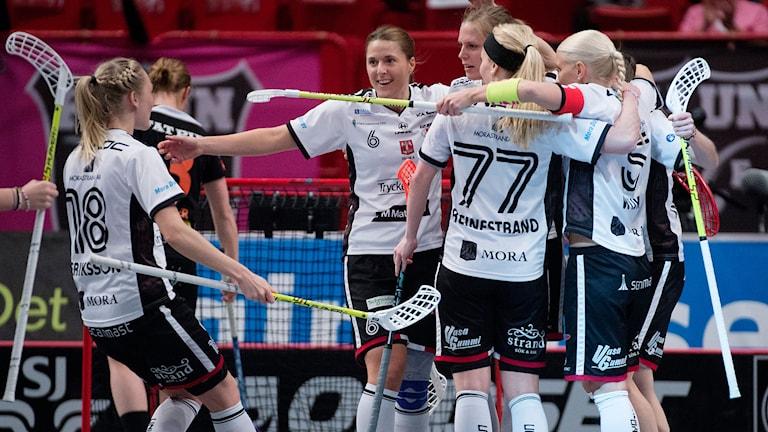 STOCKHOLM 20150418 Mora jublar efter ett mål i lördagens innebandy SM- final i Globen mellan Kais Mora och Rönnby . Foto: Jessica Gow / TT.
