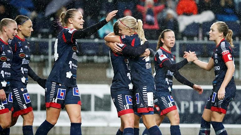 Kristine Minde kramas om av Pernille Harder efter 1-0-målet.