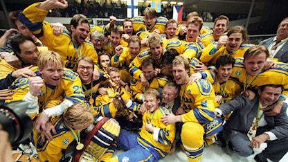 1992-05-10 Spelarna i svenska ishockeylandslaget Tre Kronor firar VM-guldet efter att ha besegrat Finland i VM-finalen med 5-2 i Ishockey-VM i Prag, Tjeckoslovakien 10 maj 1992. Foto: Jack Mikrut/TT.