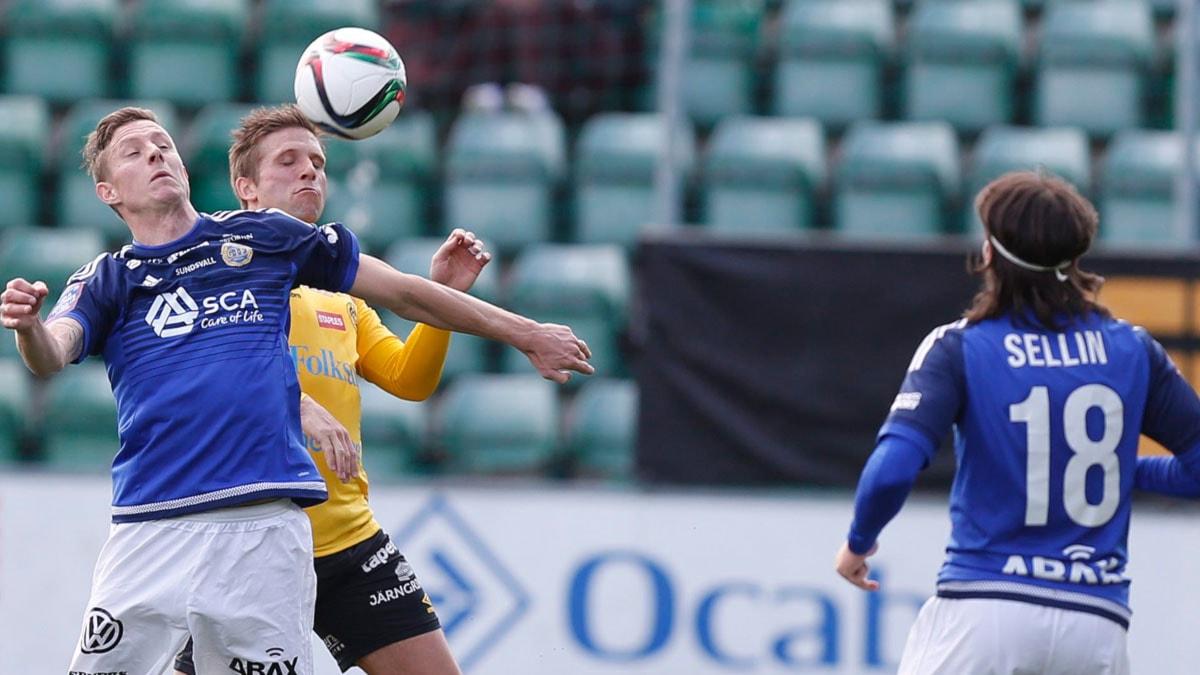 SUNDSVALL 2015-05-03 Sundsvalls Johan Eklund och Elfsborgs Anders Svensson i kamp om bollen i söndagens fotbollsmatch mellan GIF Sundsvall och IF Elfsborg på Norrporten Arena i Sundsvall. Foto Therese Ny / TT