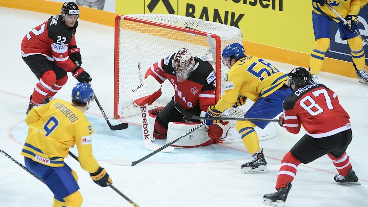 Tre kronors Anton Lander gör 1-0 bakom Kanadas målvakt Mike Smith. Foto: Fredrik Sandberg/TT