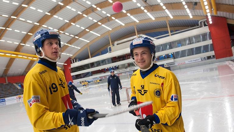 Patrik Nilsson och Christoffer Edlund med bollen i Göransson Arena.