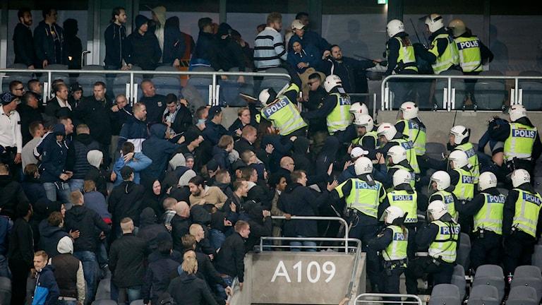 Bråk mellan fans och polisen på Tele 2 Arena under AIK-Djurgården. Foto: Sören Andersson/TT