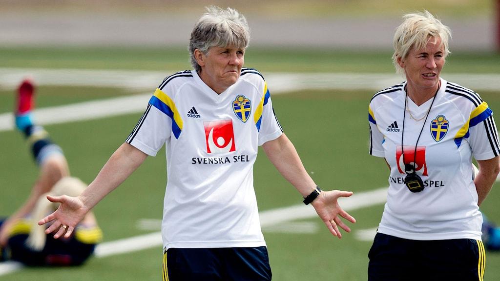 Sveriges förbundskapten Pia Sundhage (t.v.) och assisterande förbundskaptenen Lilie Persson. Foto: Adam Ihse/TT.