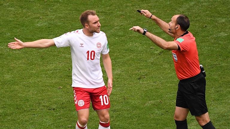 Danska stjärnan Christian Eriksen gestikulerar mot domaren.