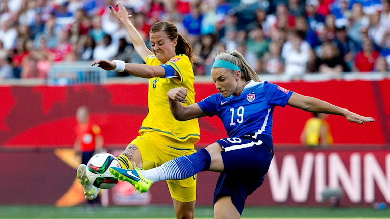 Sveriges Lotta Schelin och USA:s Julie Johonston. Foto: Adam Ihse/TT