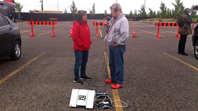 Radiosportens Anette Börjesson och Paul Zyra på en parkeringsplats i Edmonton. Foto: SR