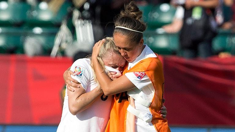 20150701 England förlorar mot Japan i VM-semifinalen. Englands back Laura Bassett som gjorde självmål tröstas. Foto: Jason Franson/TT
