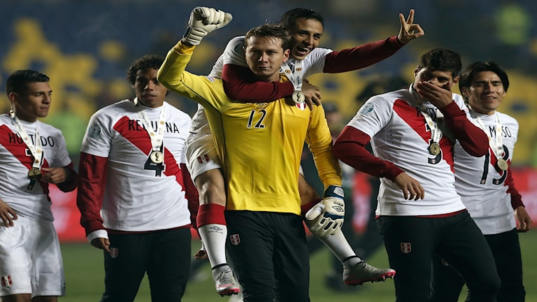 20150704 Peru firar efter att ha tagit bronset i Copa América. Foto: AP Photo/Silvia Izquierdo
